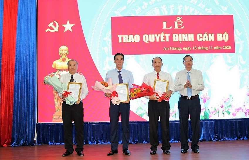 Trao-quyet-dinh-canbo-2.jpg